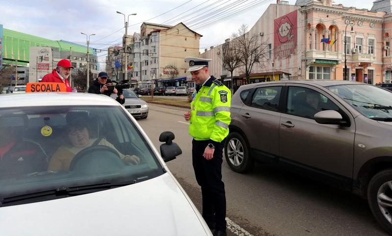 """Polițiștii rutieri, cu ochii pe șoferițe: astăzi au fost """"amendate"""" cu mărțișoare"""