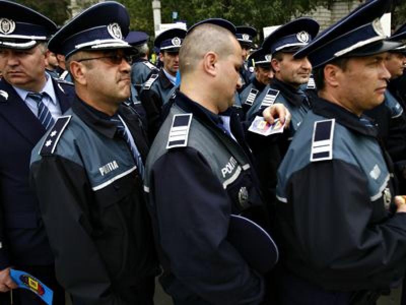 Polițiștii se plâng la Carmen Dan: Majoritatea salariilor de excelență le-au luat șefii!