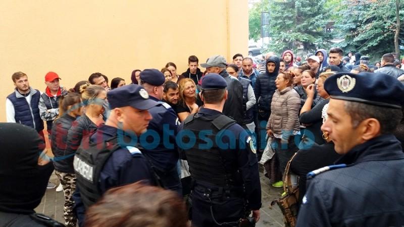 Poliţiştii şi jandarmii botoşăneni, acuzaţi de lipsă de reacţie în cazul scandalului produs de rromi în curtea Spitalului Mavromati
