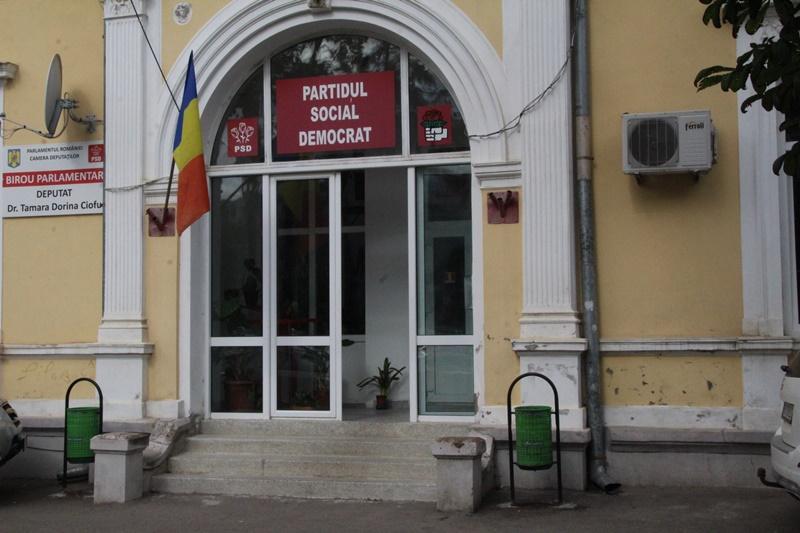 Politizarea instituțiilor din Botoșani continuă, iar banii vin pe cârdășii între penali