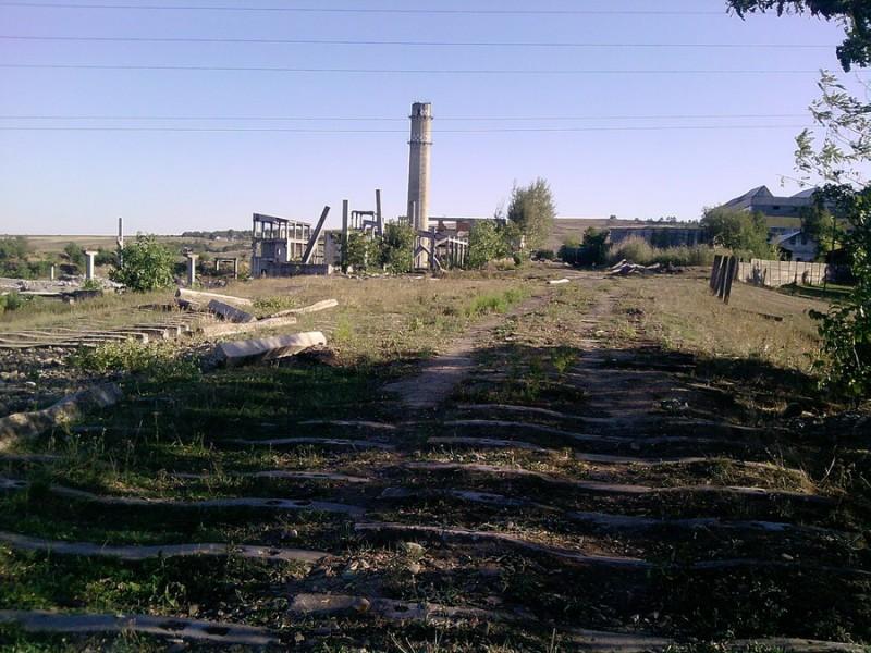 Pompieri chemați pentru a coborî o copilă de 12 ani de pe ruinele unei foste fabrici!