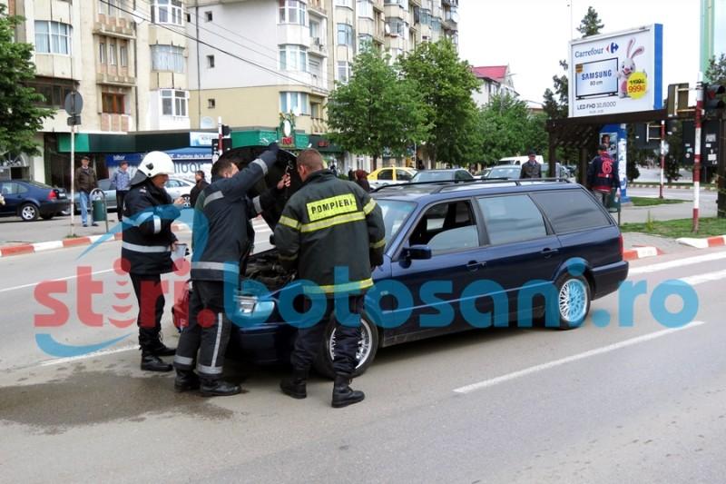 """Pompieri chemați să stingă """"aburul"""" ce ieșea dintr-un autoturism care circula pe Calea Națională! FOTO"""