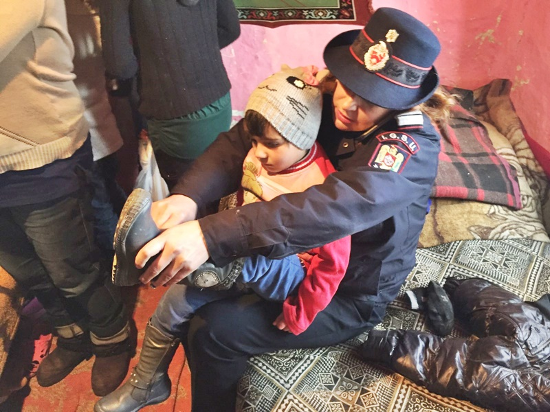 Pompierii botoșăneni, Moș Crăciun pentru șapte copii nevoiași - FOTO
