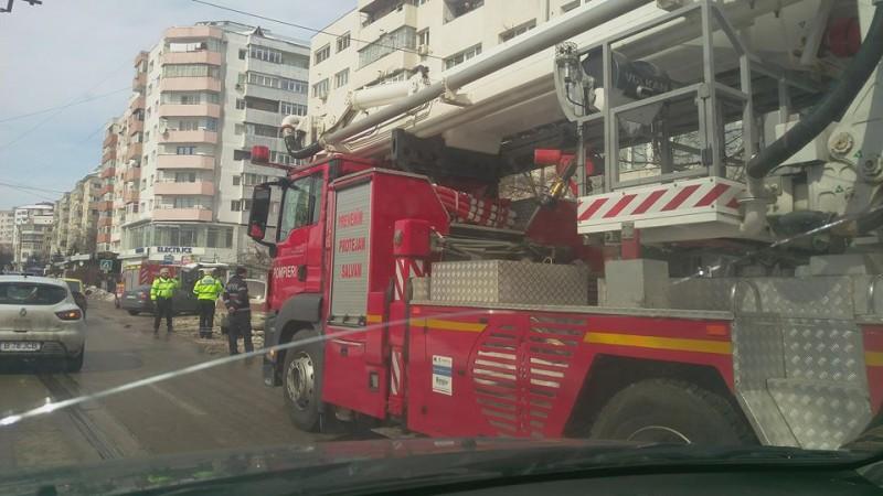 Pompierii botoșăneni, chemați să îndepărteze țurțurii care puteau oricând să rănească trecătorii! FOTO