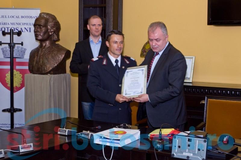 """Pompierul maratonist a primit titlul de Cetăţean de Onoare! """"Iulian Rotariu se înscrie în rândul unor altfel de eroi"""" - FOTO, VIDEO"""