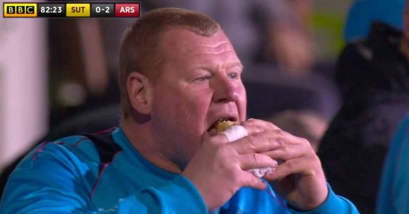 Portar de rezervă implicat într-un scandal, după ce a devorat o plăcintă în timpul meciului cu Arsenal - VIDEO