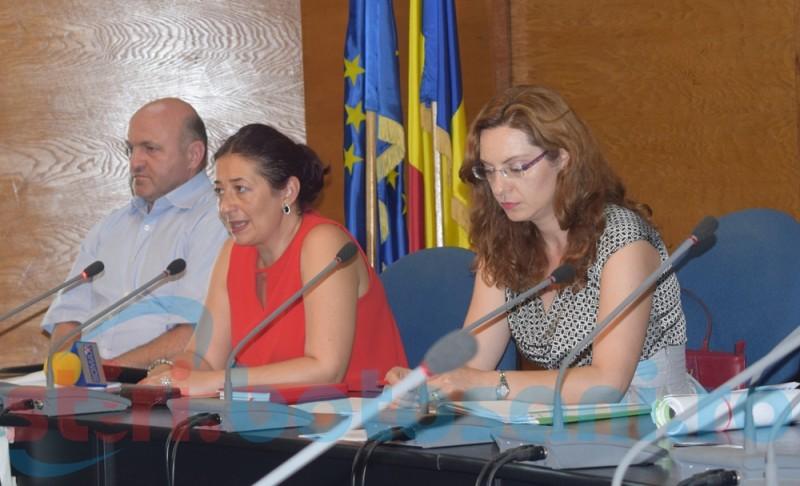 Postările familiei pe Facebook i-au adus demiterea Laurei Acatrinei, directorul adjunct al DSP