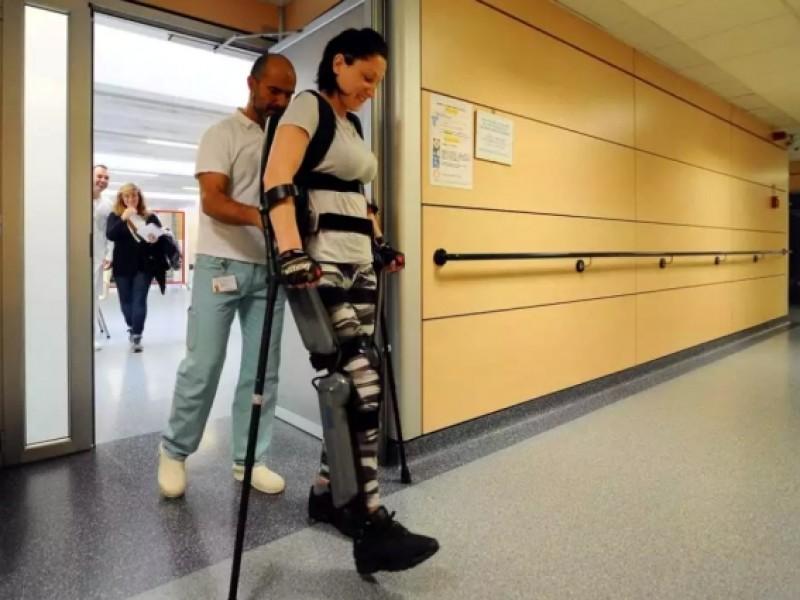 Povestea dramatică a unei românce în Italia: Paralizată după un accident, acum poate merge cu ajutorul unui robot!