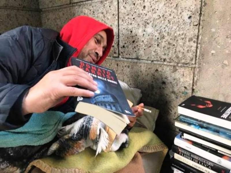 """Povestea emoționantă a românului cerșetor din Milano: """"Lumea îmi împrumută cărți. Eu le citesc toată ziua. Apoi le înapoiez!"""""""