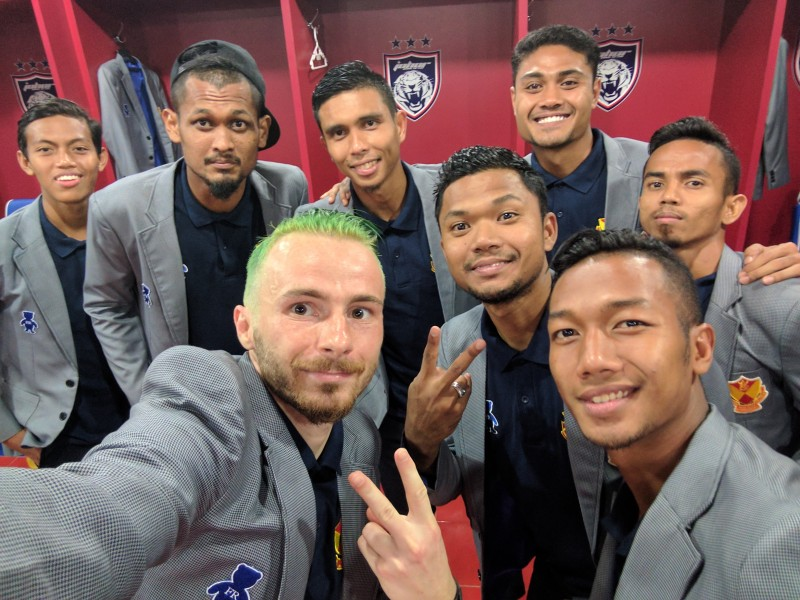 Povestea lui Astafei din Malaezia: fotbalul cu prinţi şi regi, litrul de benzină costă 2 lei, meciuri transmise live la cinema - FOTO