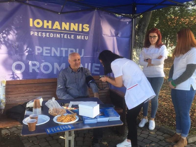 Poza zilei: liderul PNL Botoșani și-a măsurat tensiunea înainte de alegeri