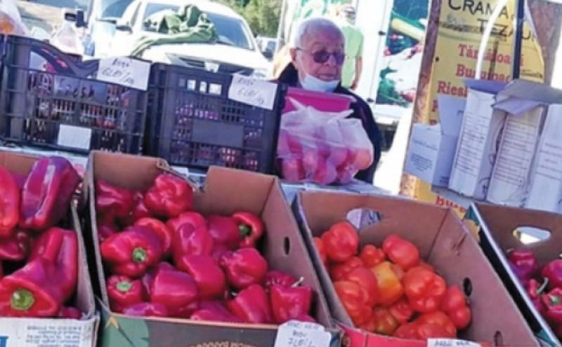 Poza zilei: Alexandru Arșinel vinde roșii și ardei kapia la tarabă, în Piața Cotroceni