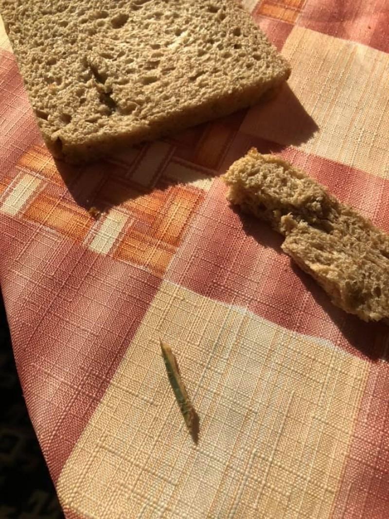 """Poza zilei: Din ciclul """"Surprize, surprize!"""". Ce a descoperit o botoșăneancă în pâinea cumpărată"""