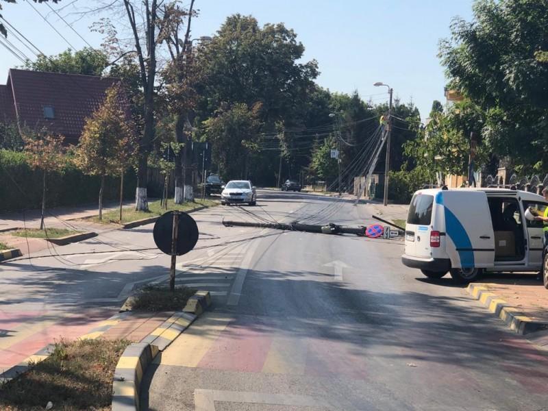 Poza zilei: un stâlp s-a culcat pe bulevardul Eminescu