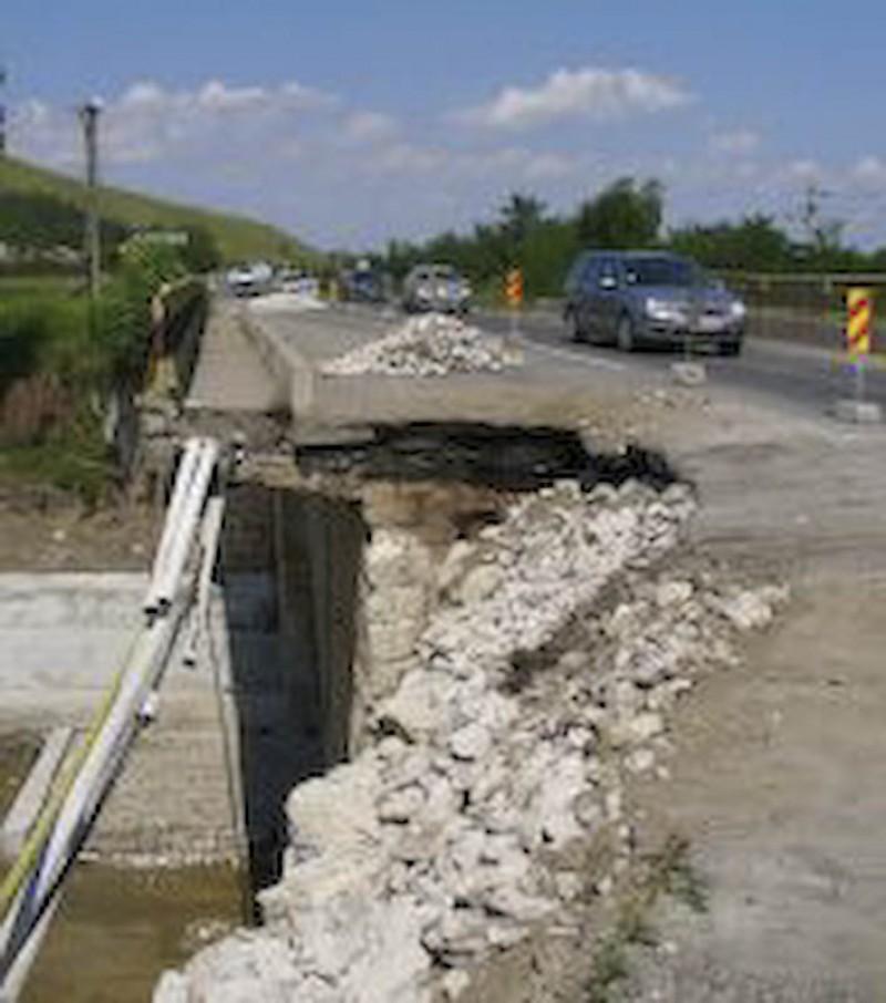 Prabusirea unui pod ar putea rupe legatura dintre localitatile Copalau si Sulita!