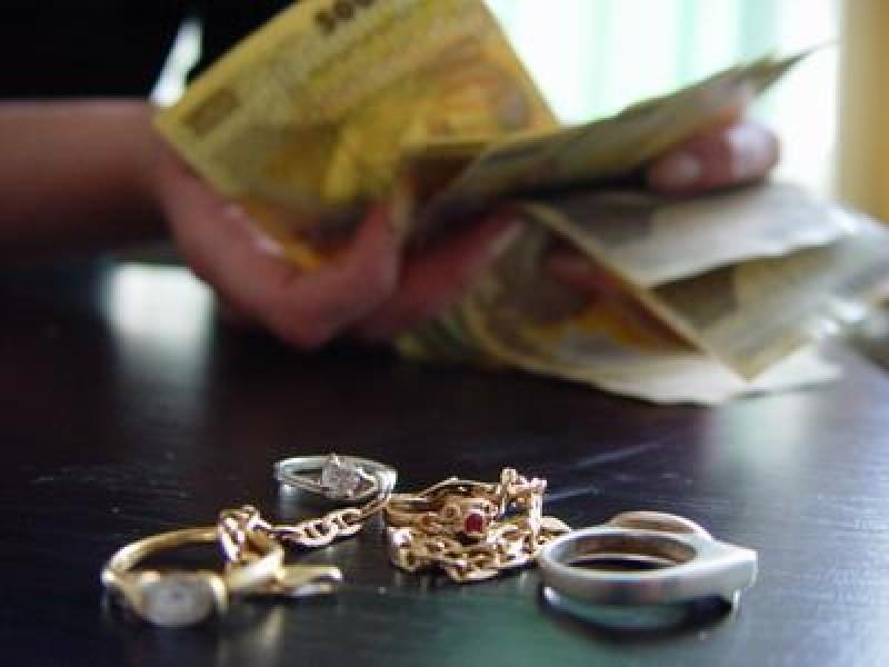 Prădată de o consăteancă. Femeia de 53 de ani, cercetată pentru furt calificat!