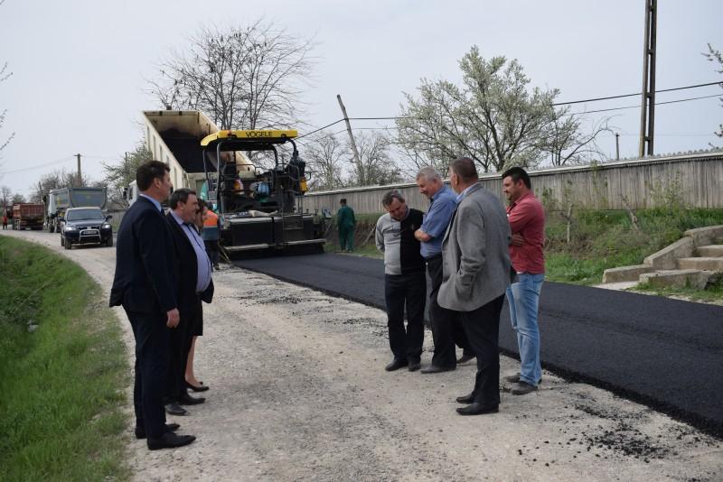 """Prefectul Dan Şlincu a vizitat """"singurul drum naţional de pământ din ţară""""! FOTO, VIDEO"""