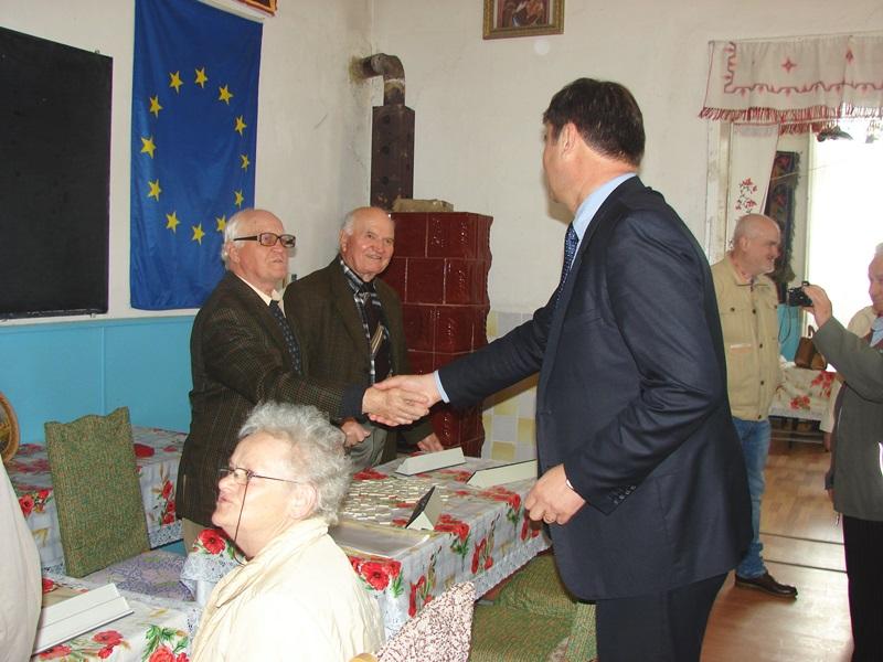 Prefectul judeţului, în vizită la pensionari - FOTO