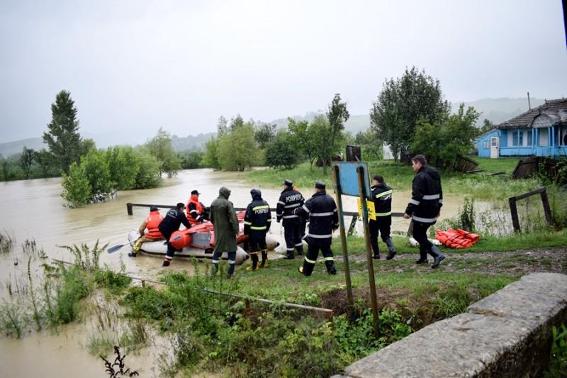 Prefectul Şlincu şi şeful ISU, în judeţ pentru monitorizarea situaţiilor apărute în urma precipitaţiilor- FOTO