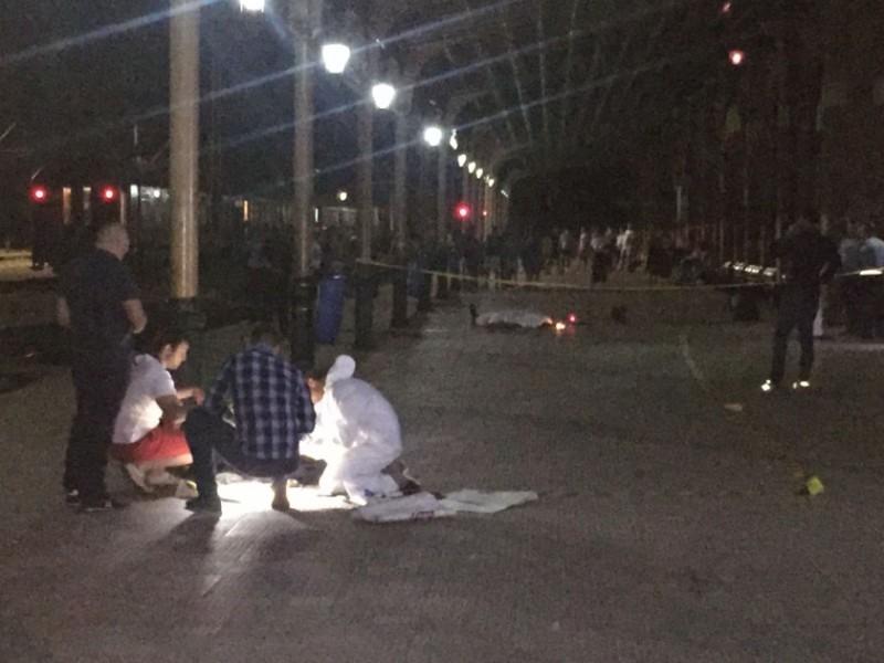 Premierul Tudose anunţă măsuri după decesul poliţistului înjunghiat în gara din Suceava. Agentul de poliţie, decorat post-mortem de Iohannis