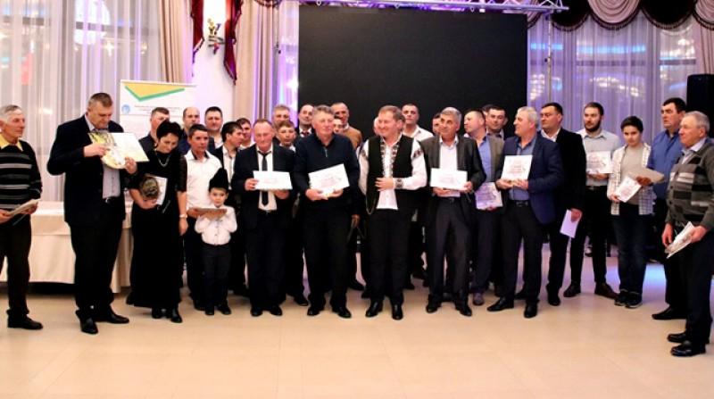 Premii, muzică și dansuri la Balul Fermierilor din acest an de la Botoșani. Tiberiu Nichiteanu, care lucrează peste 1300 de hectare în nordul județului, unul din fermierii anului. VIDEO
