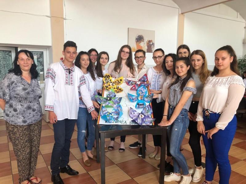 Premiul I la etapa naţională a unui concurs pe tema protecţiei consumatorului, obţinut de elevi din regiunea N-E - FOTO