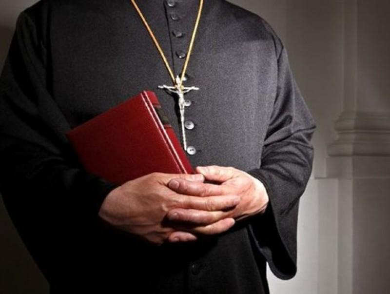Preot ajuns la Urgențe, după ce a fost atacat de viespi