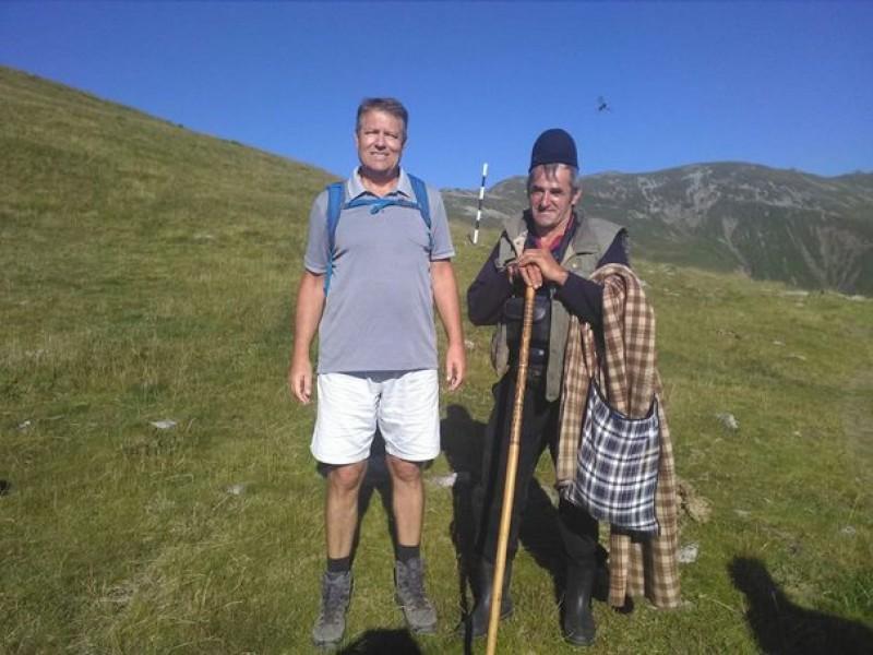 Preşedintele Klaus Iohannis, într-o poză devenită virală din timpul unei drumeţii în Munţii Parâng