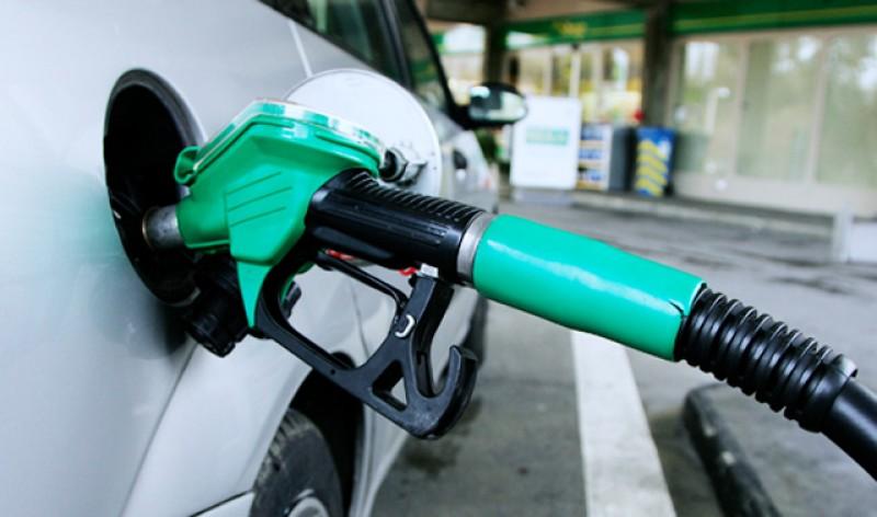 Prețul carburanților ar putea să scadă. Prețului petrolului a scăzut cu 25%