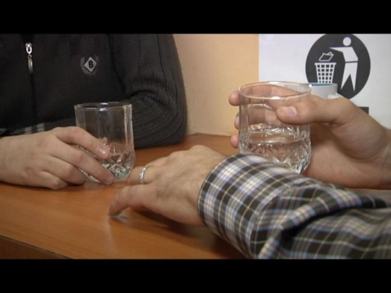 Prieteni noi la băutură: Bătut și lăsat fără banii din buzunar!