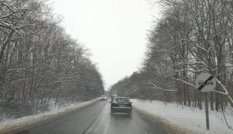 Primele ninsori în Botoșani: drumarii au aplicat 40 de tone de material antiderapant, acționând cu nouă utilaje. Cum se circulă în județ