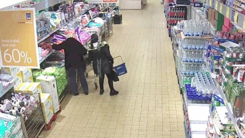 Prinsă la furat în supermarket!
