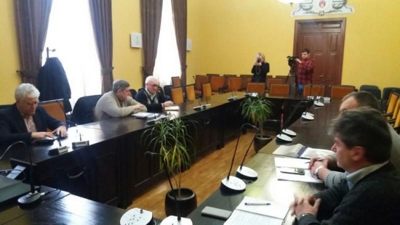Problema străzilor pline de noroi, discutată de şefii din Primărie şi reprezentanţii Nova Apaserv