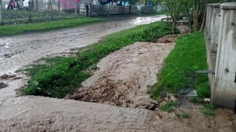 """Probleme din cauza inundațiilor în Botoșani. """"Ne intră apa până la pragul casei"""" (FOTO)"""