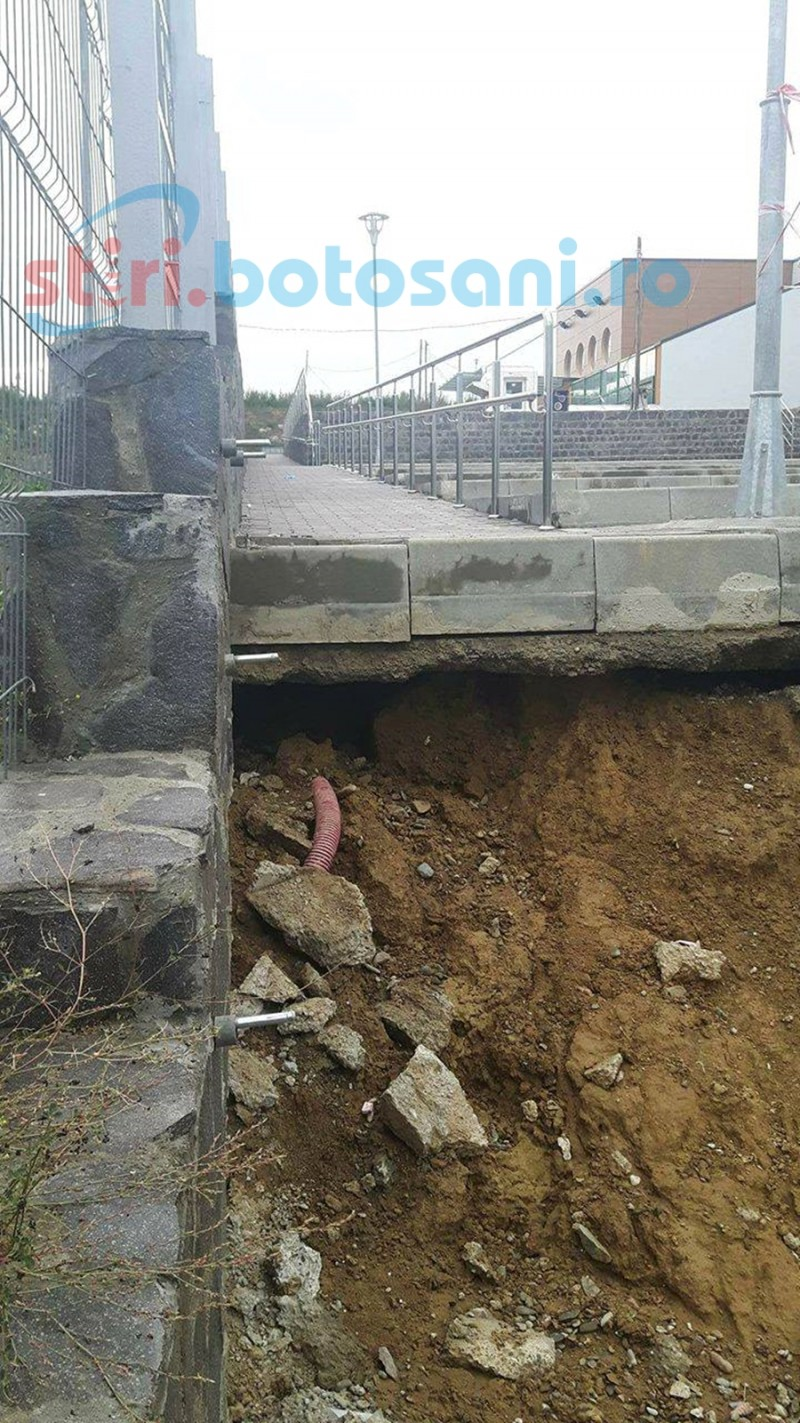 Probleme pe şantierul de la Cornişa. S-a surpat pământul de la piscina exterioară! FOTO
