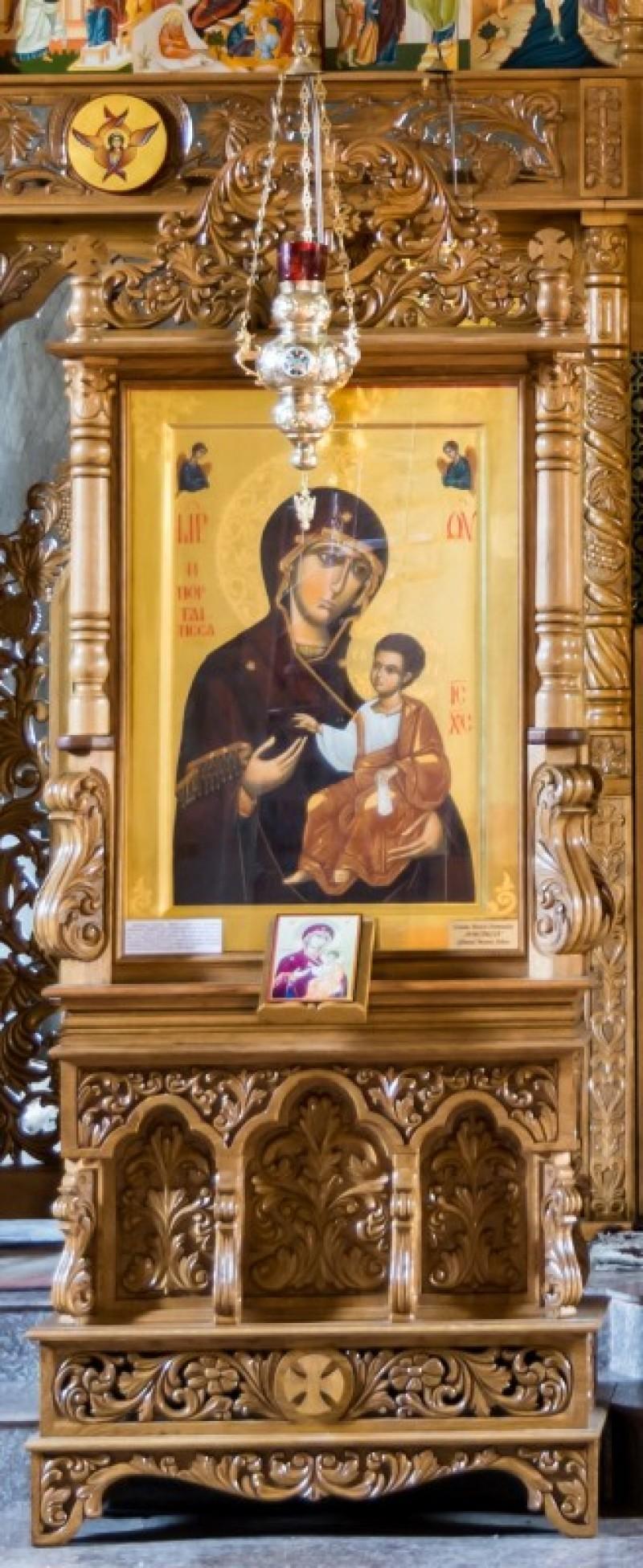 """Procesiune cu icoana Maicii Domnului """"Portărița"""" și Sfinte Moaște aduse la Biserica Izvorul Tămăduirii"""
