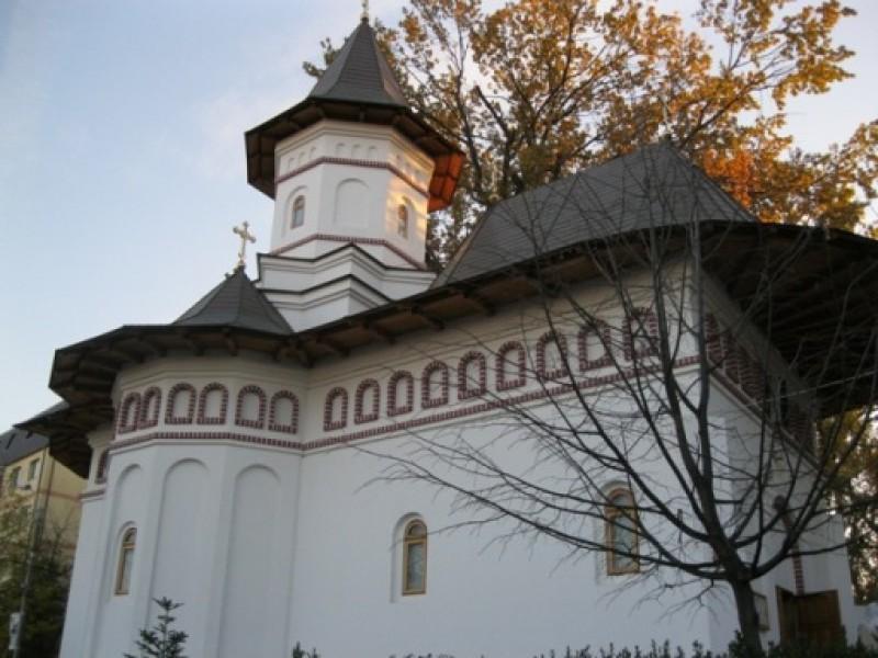 Procesiune pentru Sfântul Nectarie, la biserica ce îi poartă hramul, din curtea Spitalului de Copii din Botoșani