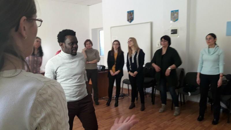 Profesorii de franceză din județul Botoșani pătrund tainele educației prin teatru și cinematografie, cu ajutorul unui camerunez! FOTO