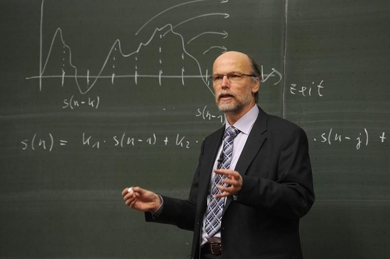Profesorii români au cea mai slabă bază salarială din UE!