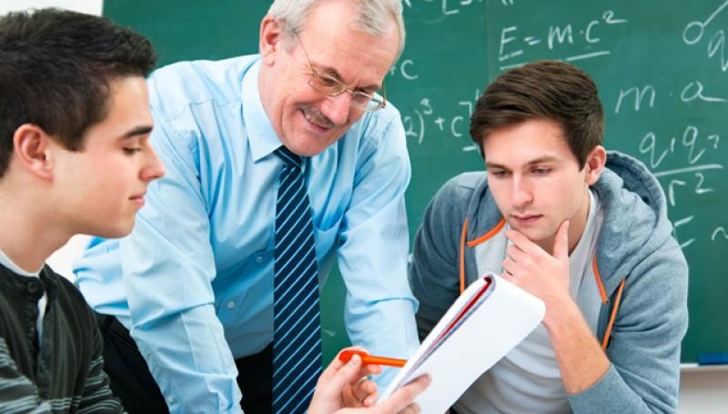 Profesorii și medicii ar putea să lucreze și până la 70 de ani ca să nu fie obligaţi să opteze între pensie sau salariu