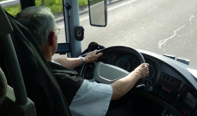 Proiect de lege: Șoferii de autobuz și vatmanii s-ar putea putea pensiona mai devreme