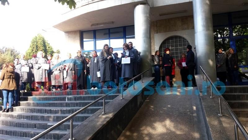 PROTEST al grefierilor de la Judecătorie şi Tribunal! FOTO