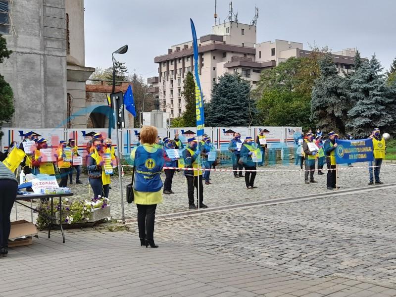 Protest al sindicaliștilor din Sănătate în fața Palatului Administrativ (video)