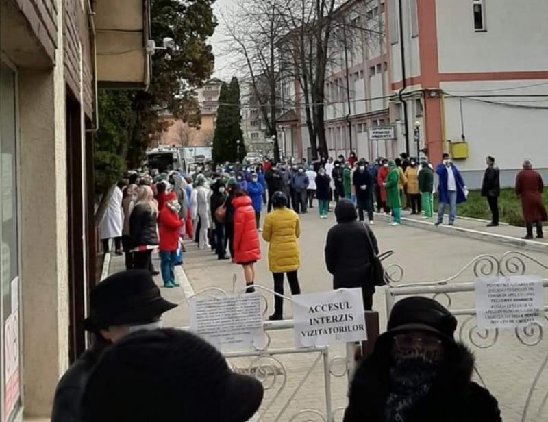 """Protest în fața Spitalului Municipal din Dorohoi, pentru contestarea transformării unității în tip Covid. Prefectul: """"Oamenii trebuie să înțeleagă"""""""
