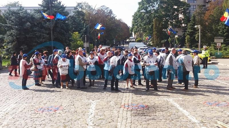 Protest în mijlocul Botoşanilor! Sindicaliştii din învăţământ atrag atenţia asupra promisiunilor neonorate de guvernanţi - FOTO