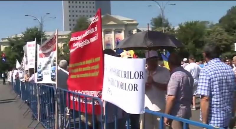Protest la Instituţia Prefectului! Iritaţi de nepăsarea autorităţilor centrale, formatorii auto ies din nou în stradă