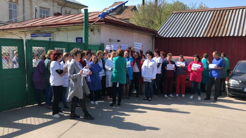 """Protest la secția de Psihiatrie a Spitalului Mavromati. Zeci de cadre medicale nemulțumite de salarii: """"Vrem sporurile înapoi!"""""""