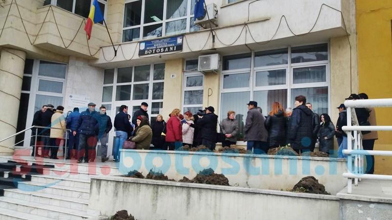 """Protest spontan la o instituție din Botoșani! """"Ne scad salariile cu câteva sute de lei"""" FOTO"""