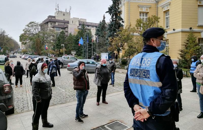 """Protestatarii din piețele municipiului, purtați pe drumuri între Primărie și Prefectură. Cosmin Andrei: """"Îl rog pe prefect să nu îmi mai trimită comercianții la Primărie"""""""