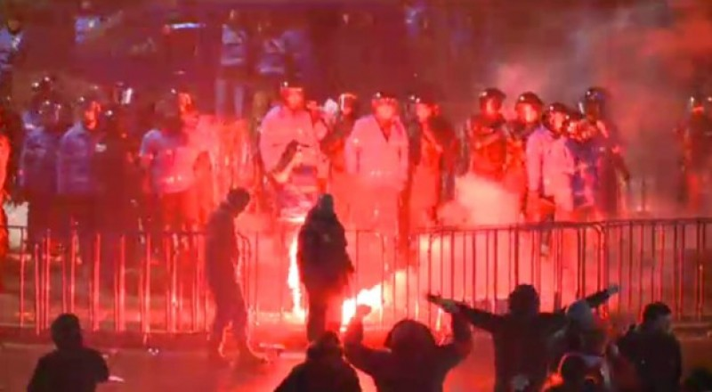 Protestul paşnic de la Bucureşti, stricat de un grup de agitatori care atacă jandarmii! FOTO